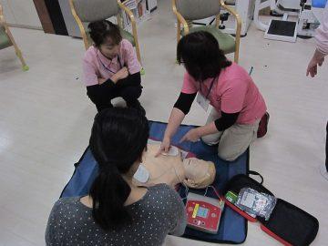 AEDの使用方法を確認